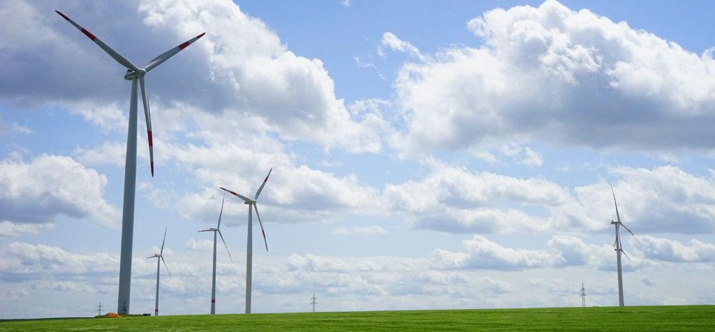 Krajobraz z turbinami wiatrowymi.