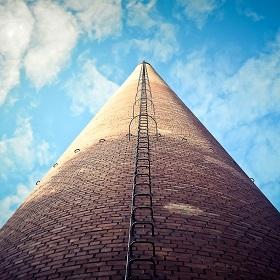 zdjęcie pionowo z górę komina przemysłowego