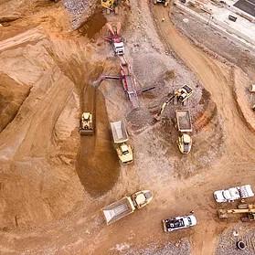 Prace ziemne na placu budowy