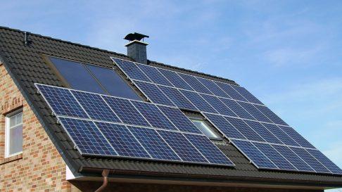 Instalacja solarna na dachu domku jednorodzinnego